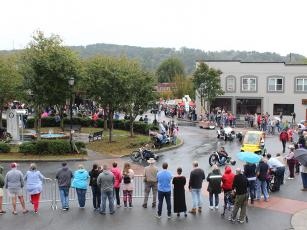 Last year's Apple Festival Parade took place on a drizzly Saturday morning, with hundreds of people turning out for the festivities. As of press time, this year's weather forecast is for a cool, clear morning.